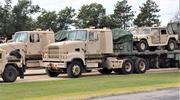 美军支援训练出动重型卡车运输悍马