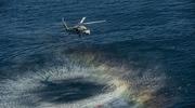 美军直升机捞起鱼雷直接扔航母甲板上
