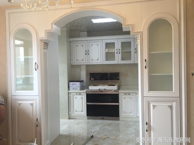 这是厨房全景,做了拱形门,两边做了酒柜