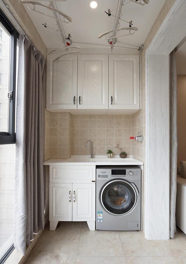 客廳陽臺作為晾曬衣服的地方,洗衣機和洗衣機以及吊柜收納是必不可少