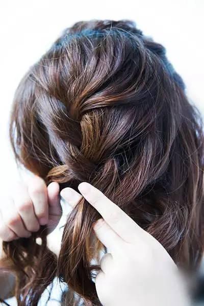 步骤二:从前额取出头发,再编成蓬松的蜈蚣辫.
