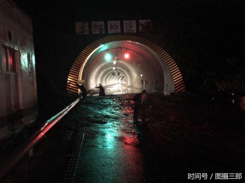 沪蓉高速奉节段 土地垭隧道口发生小规模泥石流