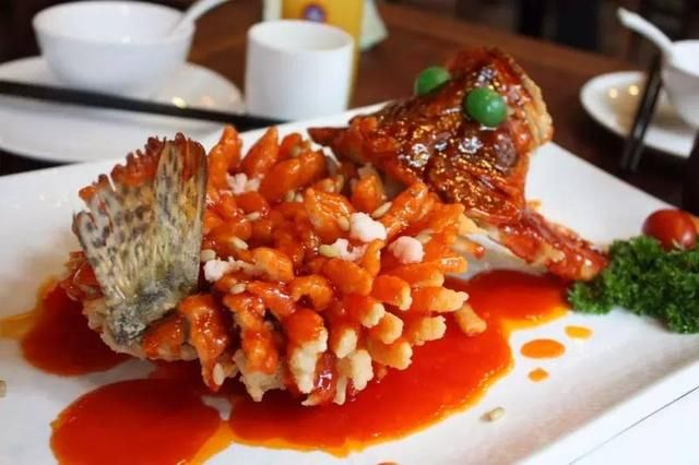 以桂鱼(又称鳜鱼,石桂鱼)加工制成,松鹤楼的传统名菜.