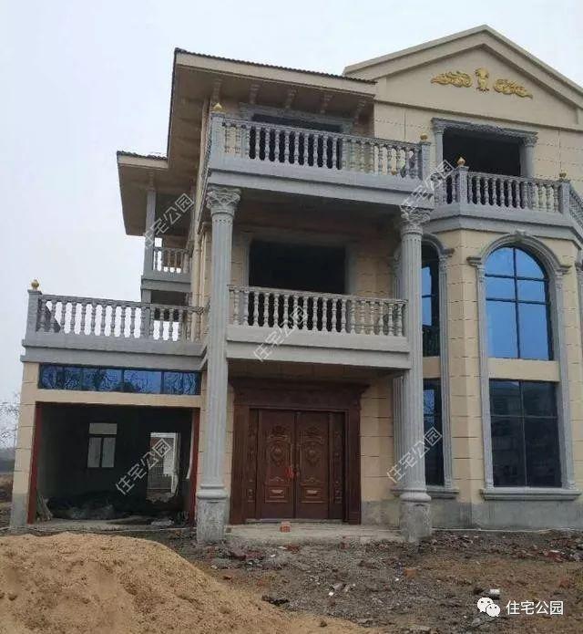 窗户全部采用蓝色镀膜玻璃,也给房子增色不少,欧式护栏比起效果图少了