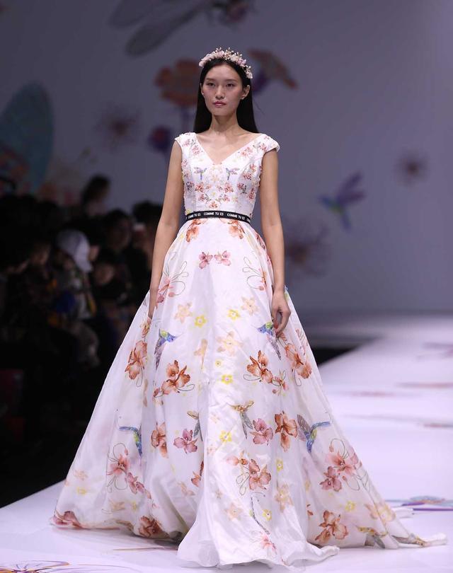 图为模特在展示设计师刘嘉设计的服装图片