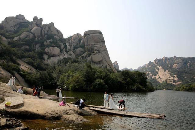 嵖岈山风景区属于典型的花岗岩地貌特征,由南山,北山,六峰山,天磨湖
