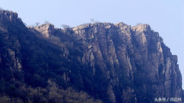 红石崖风景区位于河南遂平县嵖岈山乡西部,南临省级风景名胜区――嵖