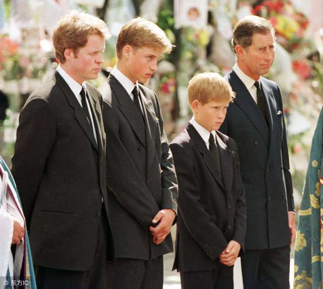 (查尔斯带着两个儿子出现在戴安娜王妃的葬礼上.)(图片来自东方ic)