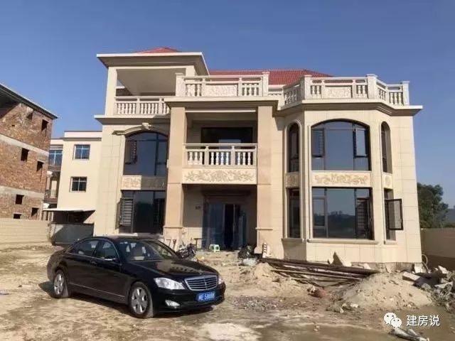 实景2:典型的欧式风格,坡屋顶,落地窗,大露台让别墅很美.