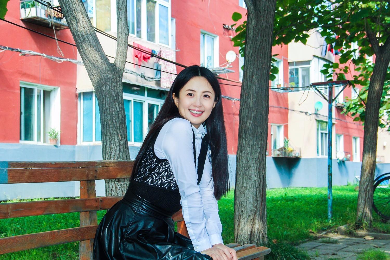 装扮少女_长腿杀!42岁杨童舒回部队大院变迷妹 少女装扮长腿逆天