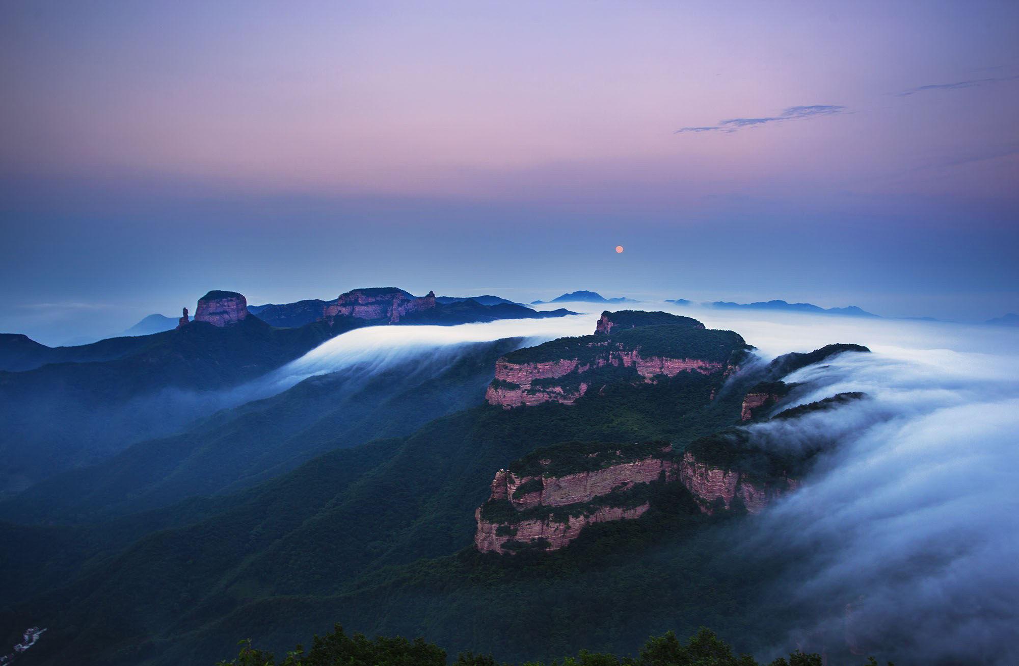 嶂石岩风景区是石家庄最主要的景点之一,这里的面积一共有一百多平方