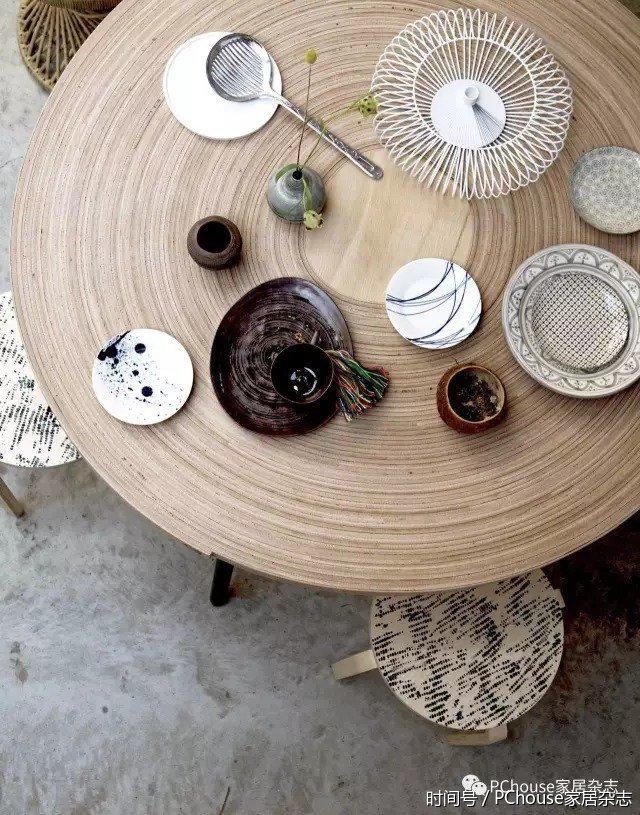 """""""大圆套小圆""""让这张餐桌看上去格外有趣,再用一些艺术的纹理感点缀它"""