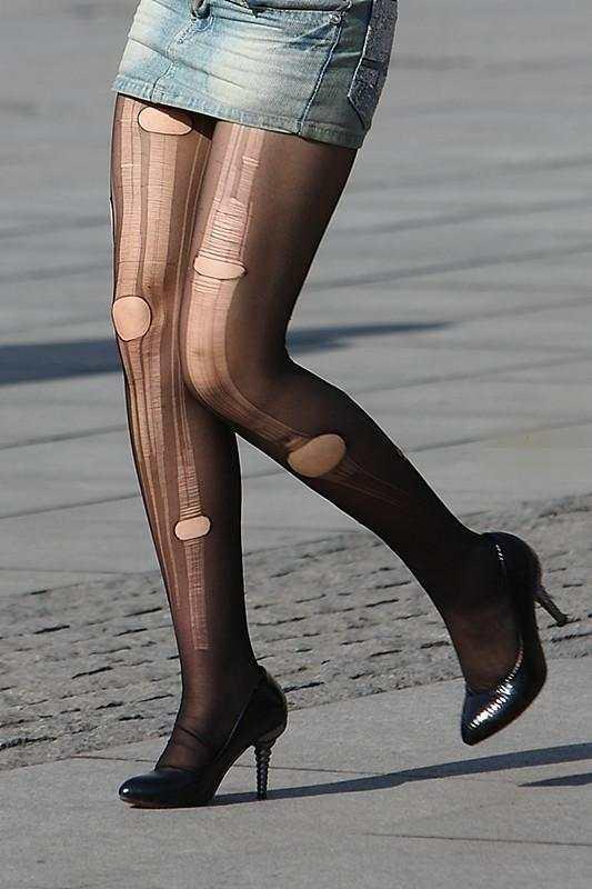 街拍:时尚性感的牛仔包臀裙,破洞丝袜十分抢眼