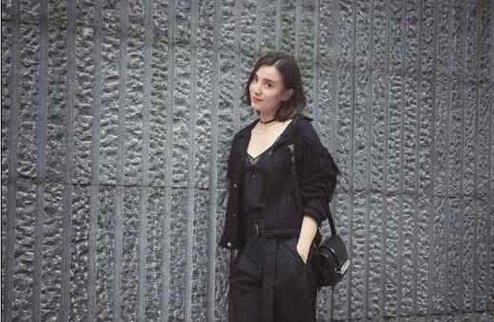 小宋佳的穿衣风格一向都大胆时尚,曾多次场合看到她的睡衣出席.