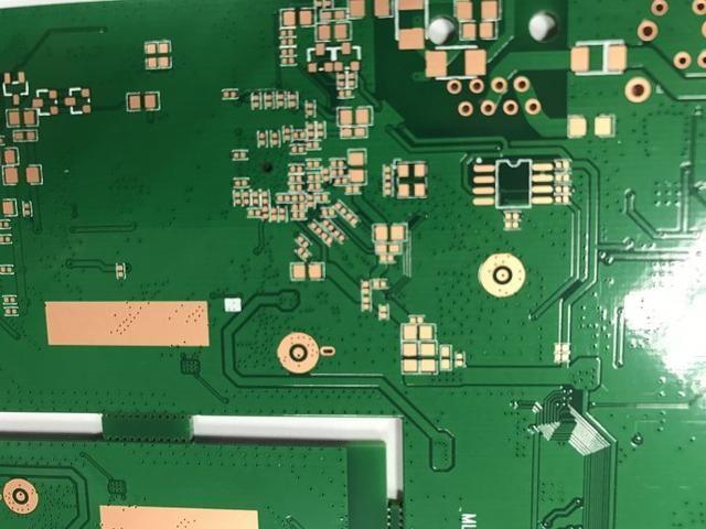 为什么在多层高速电路板上贴片晶振时,有时邻近参考层