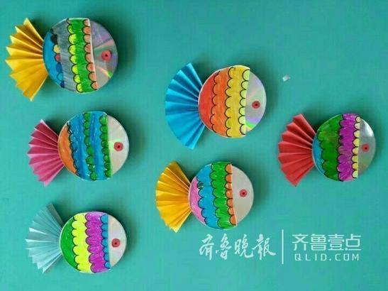 长清一幼儿园手工课上老师带着孩子们利用废旧光盘制作了各种五颜六色