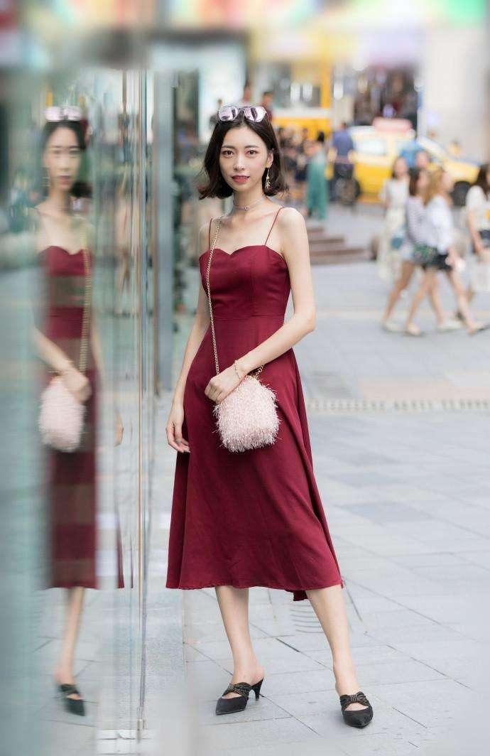 重庆街拍:小吊带连衣裙和大长腿搭配,街头靓丽的风景!