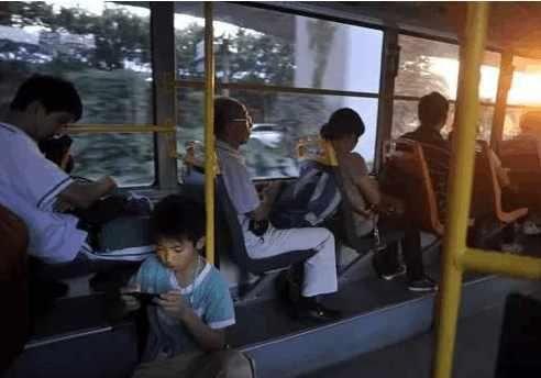 孕妇公交车上要求小学生让座,被拒绝后,两人就对骂了起来