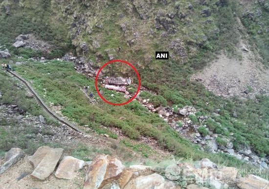 印度巴士坠入峡谷