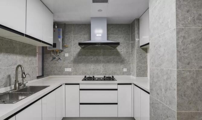 厨房地面与墙面通铺灰色仿石纹瓷砖,搭配白色门片橱柜,黑色隐形