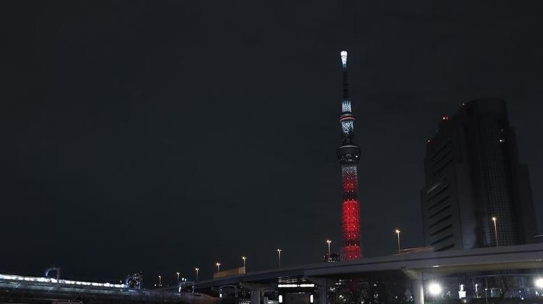 """日本东京晴空塔为中国春节点亮""""中国红"""""""