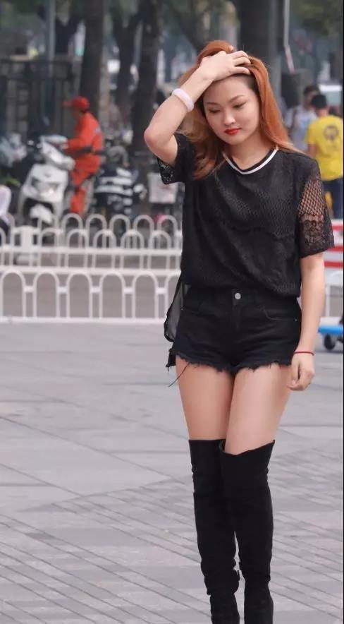 街拍:穿性感长筒靴美腿的性感美女太穿黑色上街图片