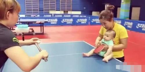 刘诗雯抱宝宝手把手打乒乓球,朱雨玲为对手,如凤岗保龄球馆图片