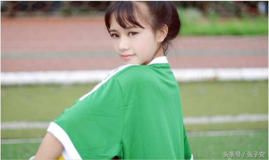在草场上拍的足球宝贝可爱呆萌照