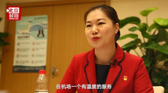 """史志瑛是一个土生土长的上海女孩,与人们对上海女人的娇气印象不同的是,她带给人们的感觉是温文尔雅、亲切、温暖。2002年,立志当一名空姐的史志瑛没有如愿,却""""误打误撞""""被推荐到浦东机场干了地勤工作。"""