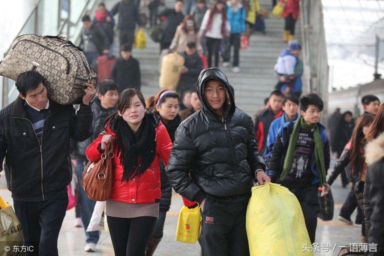 农民工准备返乡,这是旅客在安徽亳州火车站进站准备上车.