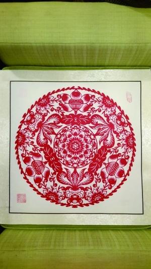作为京派手工剪纸大师,张凤琴从事团花剪纸这项技艺已经五十余年