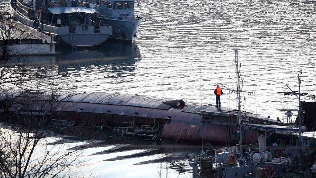 俄唯一航母发生火灾3天后 潜艇又在船厂里翻了