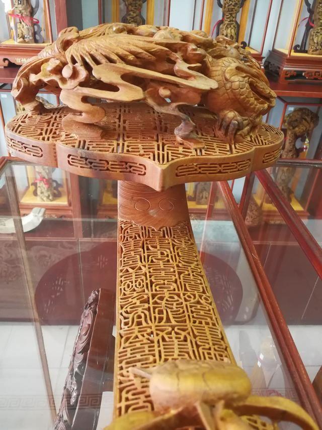 头为灵芝祥云状,通体雕花,浮雕,透雕,镂空雕等众多雕刻技法,交叉使用.