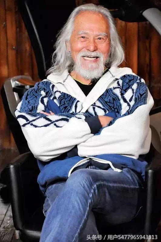 82岁老人王德顺,搂87岁国外模特接受采访,魅力不输年轻小伙