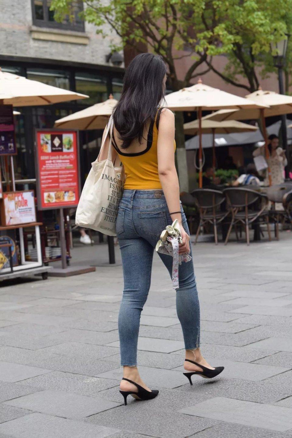 邓晶丰满美臀_街拍:一个人逛街身材丰满的牛仔长裤美臀美女