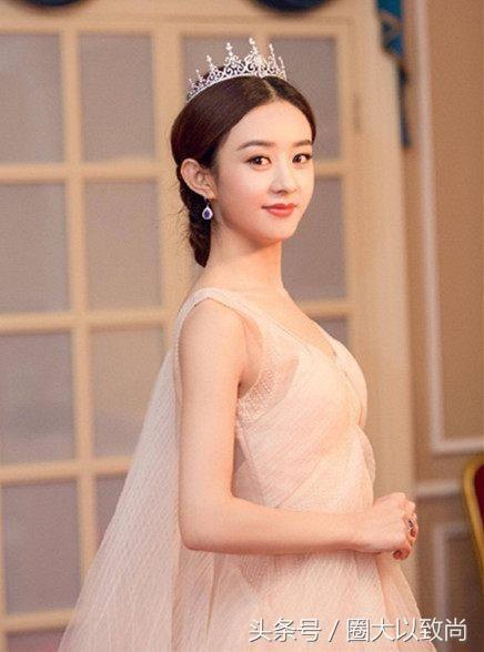 """赵丽颖和唐嫣,同穿礼服戴""""皇冠帽"""",网友:公主和女王的"""