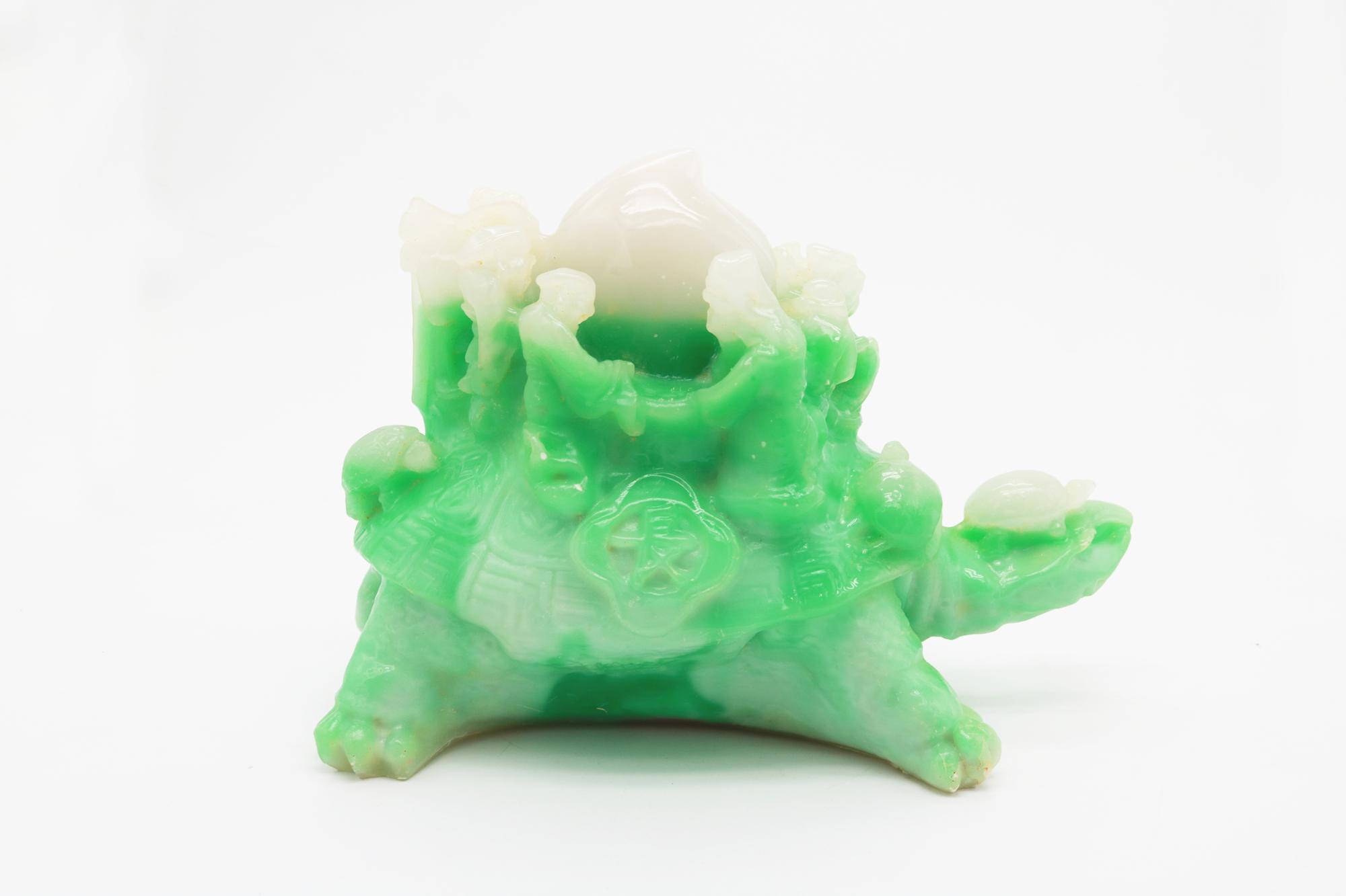 摆件取材于八仙过海为王母祝寿的神话,刻长寿龟驮着八仙护寿桃立体