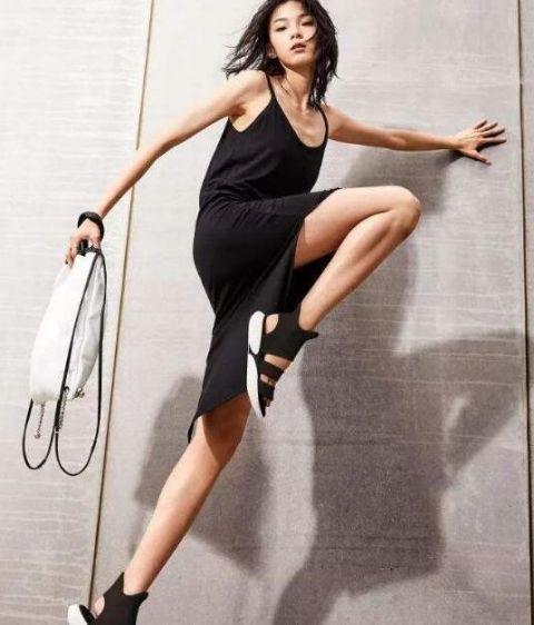 露屄国模_比例直逼黑人,腿那么长的她竟然是是我们的国模精灵