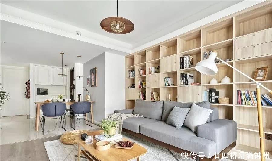 走到客厅,最吸引眼球的当然要数沙发后面那一整面墙的木质书柜了,简直图片