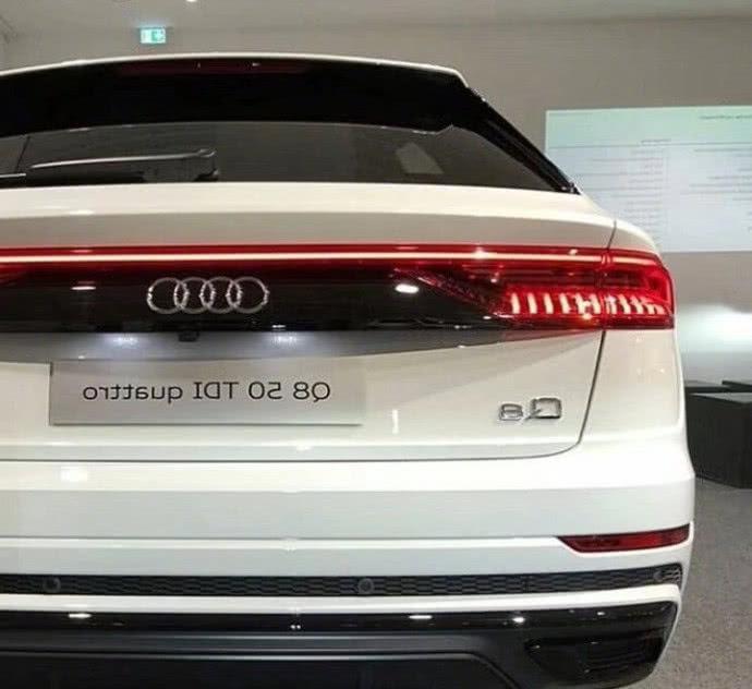 在车后,奥迪q8采用直通式oled尾灯组,尾灯中央面板涂成亮黑色,上面嵌