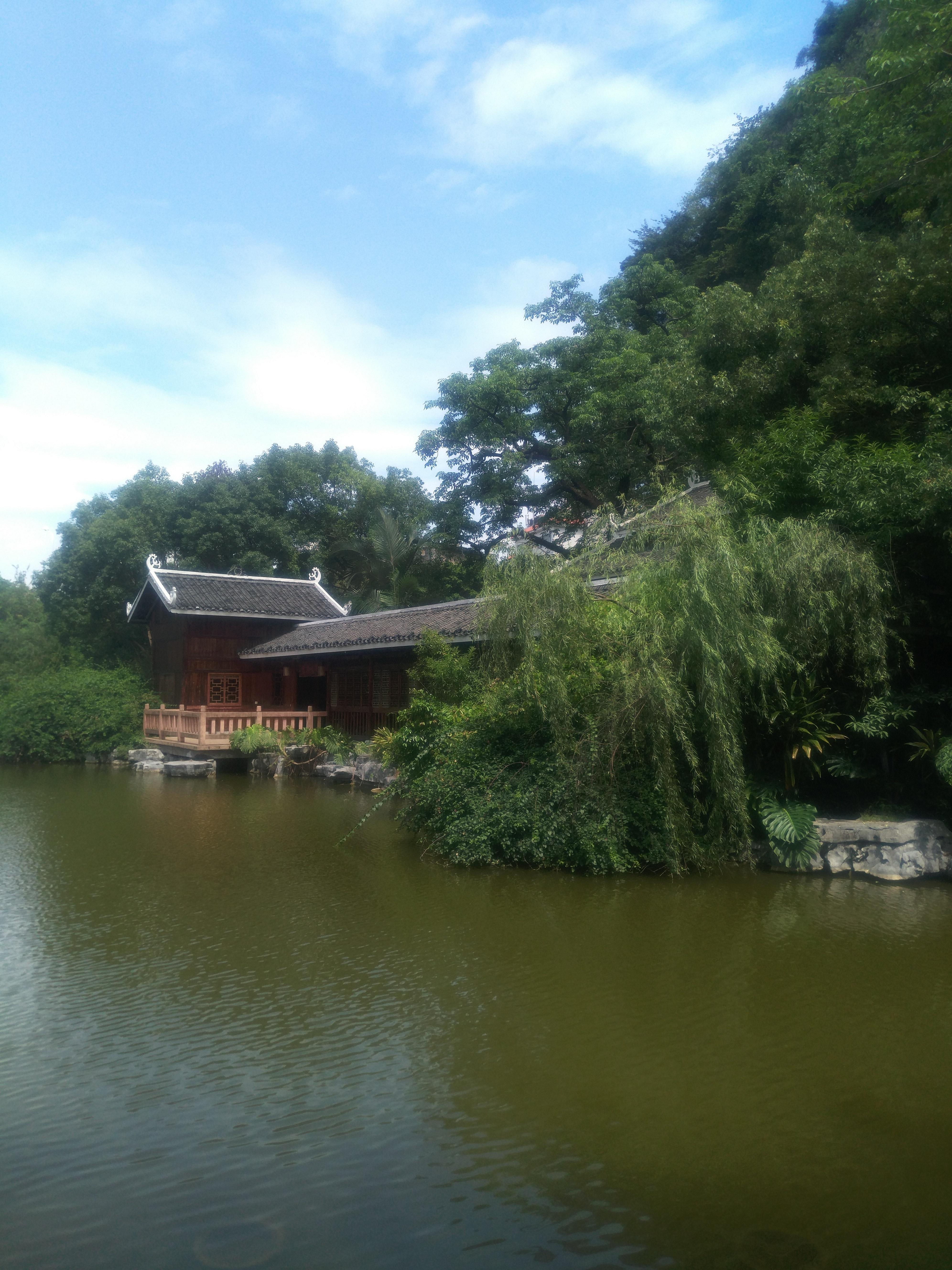驾鹤山下的驾鹤书院,一池绿水环绕. 吃柳州特色猪脚粉