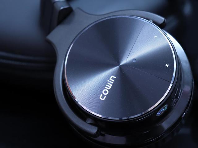 耳机内置麦克风用于检测环境噪音,主动降噪系统生成反向且相通的声波
