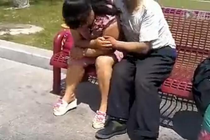 实拍一老汉当街与女子大胆亲热吓傻路人!