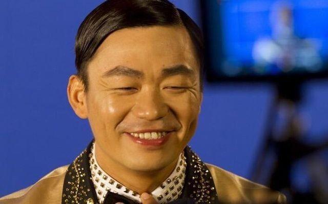 王宝强近期出镜,身穿土豪金衣服,尽显奢侈,网友:宝宝幸福就好
