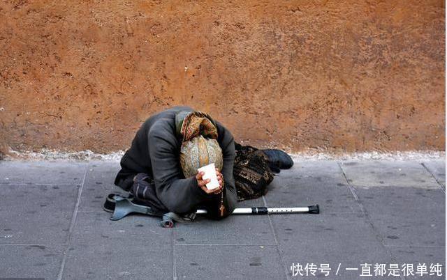 乞丐每天向停车场里扔垃圾,众人指责他,看到流浪猫时众人傻了
