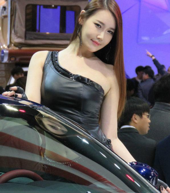 韩国性感李晓英性感写真:衬衫皮裤紧致卷轴身材白色超上古5车模黑色图片