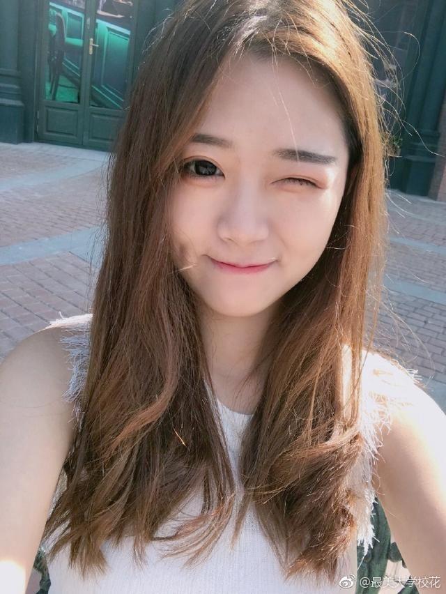 江西科技师范大学女孩v科技女生带笑的眉眼酒窝脸的月亮美女图片