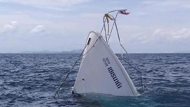 近日泰国沉船事件一时间刷爆了各大网友的朋友圈,很多网友直呼完全受不了泰国方面的态度了,泰国副总理一句这件事情就是中国人自己害的,关泰国旅游业什么事情!让广大的网友伤透了心,泰国沉船事件发生第五天,7 月 9 日,泰国副总理巴育召开新闻发布会,并会见中国驻泰大使,表达了对遇难者及家属的深切哀悼,称将继续全力搜救,对相关人员的责任一定追究到底。 到底是天灾还是人祸? 7月10日,泰国普吉岛游船倾覆事故搜救工作已经进入第6天。据新华社消息,截至目前,根据当地政府公布的信息,事件死亡人数已经升至45人,均为中国游
