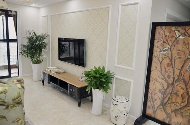 3,电视墙的设计挺简洁,就是石膏线条配上壁纸,清新婉约
