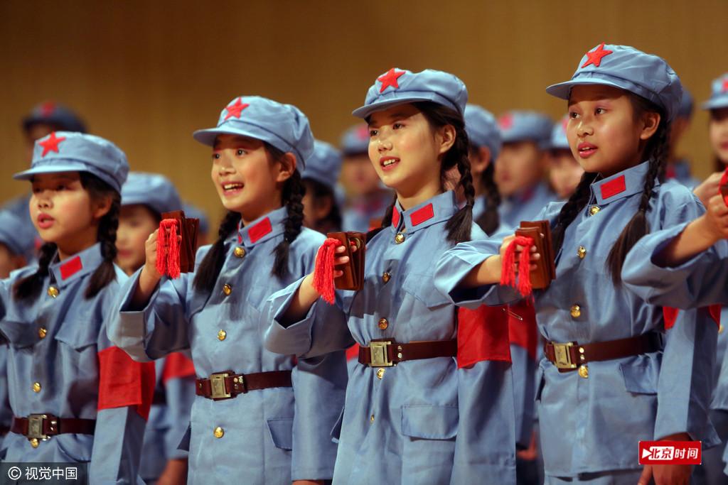 山东小学生集体穿军装唱红歌庆儿童节
